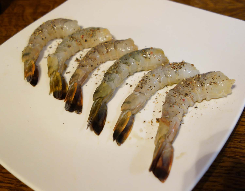 Décortiquez et poivrez les crevettes