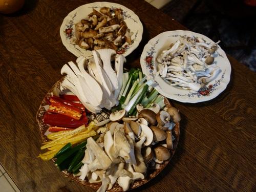 coupez les champignons et légumes