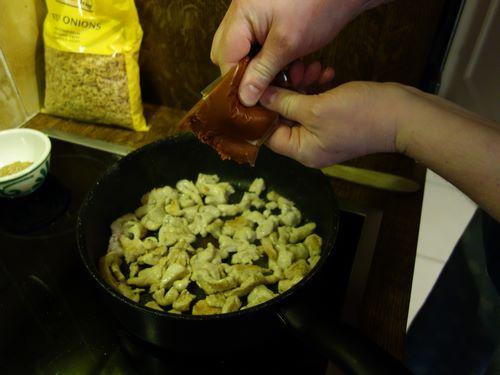 Ajouter la pâte de curry rouge
