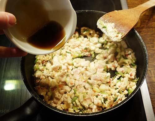 Ajouter la sauce poisson mélangée au sucre